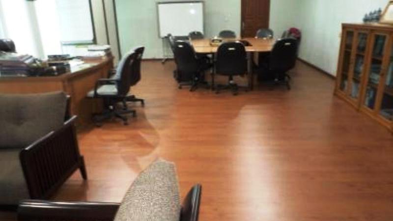 memasang lantai kayu laminate