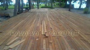 memasang lantai kayu decking ntb