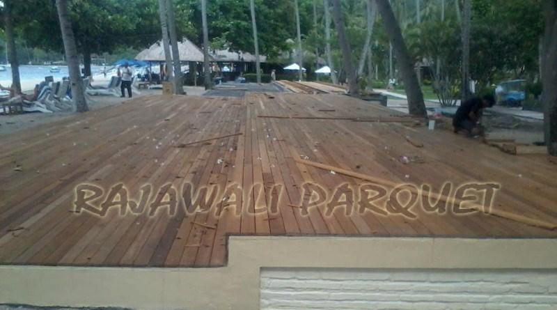 memasang lantai kayu ntb
