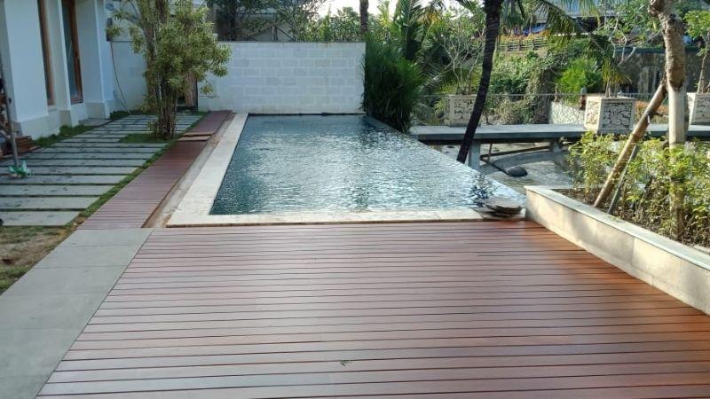 decking samping kolam renang