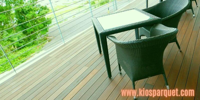 Konsep Dekorasi Café Outdoor - gunakan lantai kayu decking