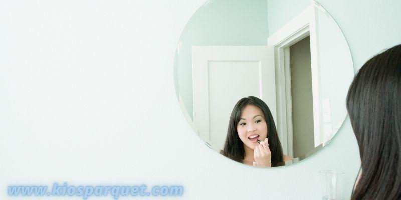Tips Menata Dekorasi Kamar Mandi Sederhana - memajang kaca cermin