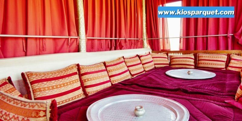 Tips & Trik Menciptakan Interior Rumah Bernuansa Timur Tengah - gunakan bantal berwarna-warni